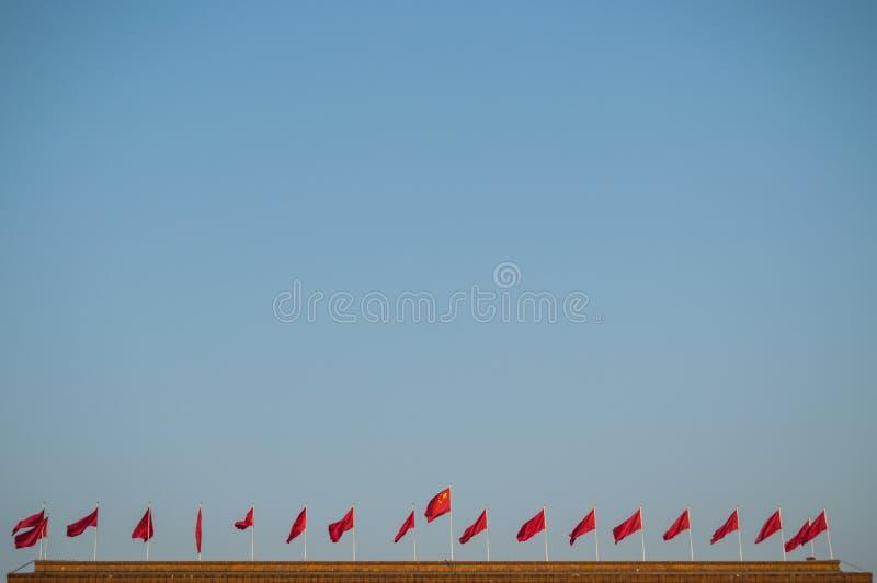 Chinese Vlaggen bovenop de Grote Zaal van de Mensen dichtbij Tiananmen-Vierkant, Peking, China stock foto's