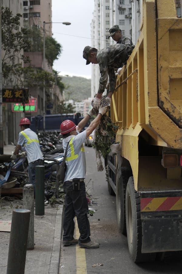 Chinese vrijwilligers helpende militair tijdens geslagen tyfoon royalty-vrije stock fotografie