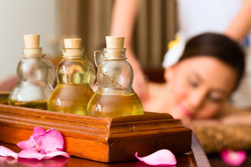 Chinese Vrouw bij wellnessmassage met etherische oliën stock fotografie