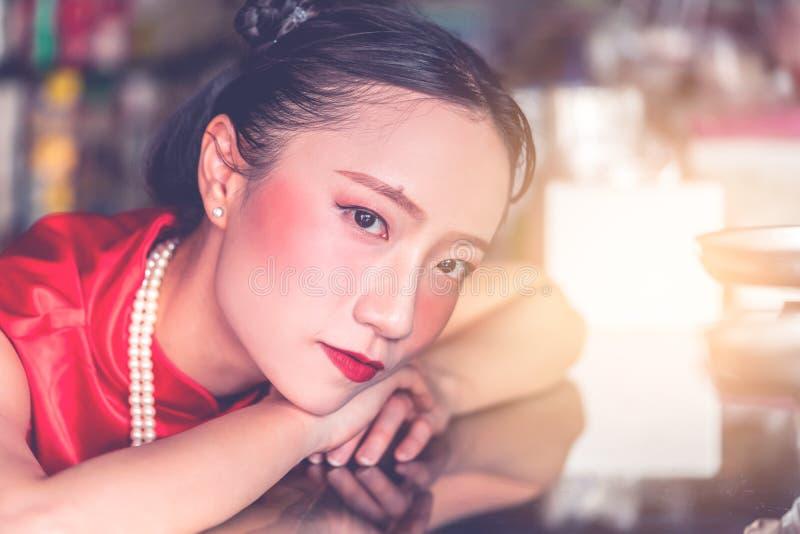 Chinese vrouw in de staaf industri?le opslag van het staalmetaal stock foto