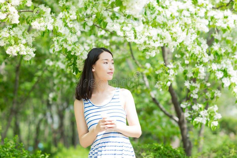 Chinese Vrouw in een Park royalty-vrije stock afbeelding