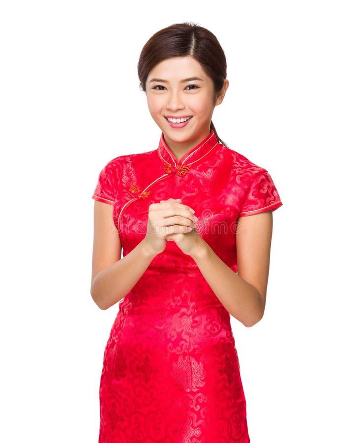 Chinese vrouw met de zegen van gebaar voor maan nieuw jaar stock foto's