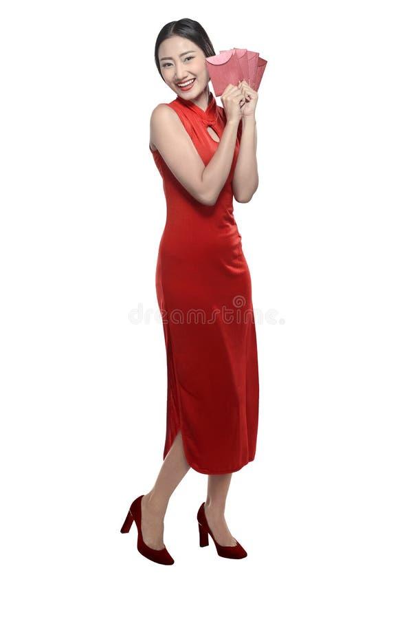 Chinese vrouw in rode cheongsamkleding royalty-vrije stock fotografie