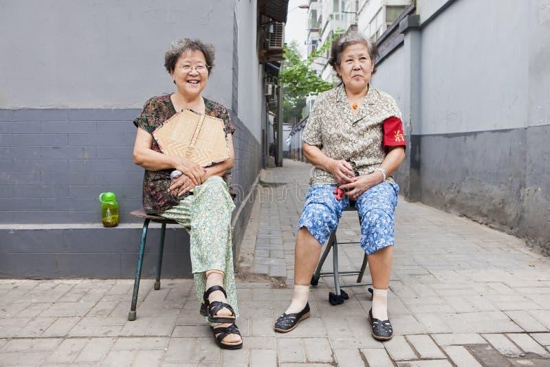 Chinese vrouwelijke bejaarden in de oude stad van Peking, China royalty-vrije stock afbeelding