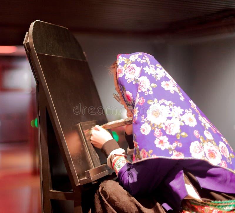 Chinese vrouwelijke graveur die een ultraviolet hoofddeksel dragen, srgb beeld stock fotografie