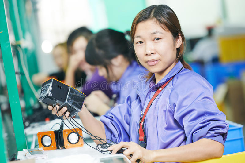 Chinese vrouwelijke werknemer bij productie stock foto's