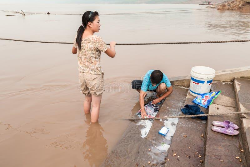 Chinese vrouwen die in de rivier wassen stock foto's