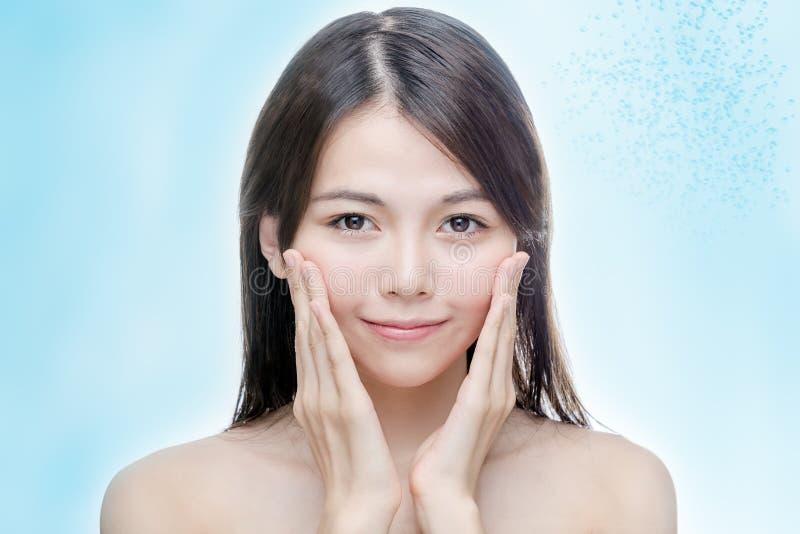 Chinese vrouwen duidelijke huid met waterbellen stock afbeelding