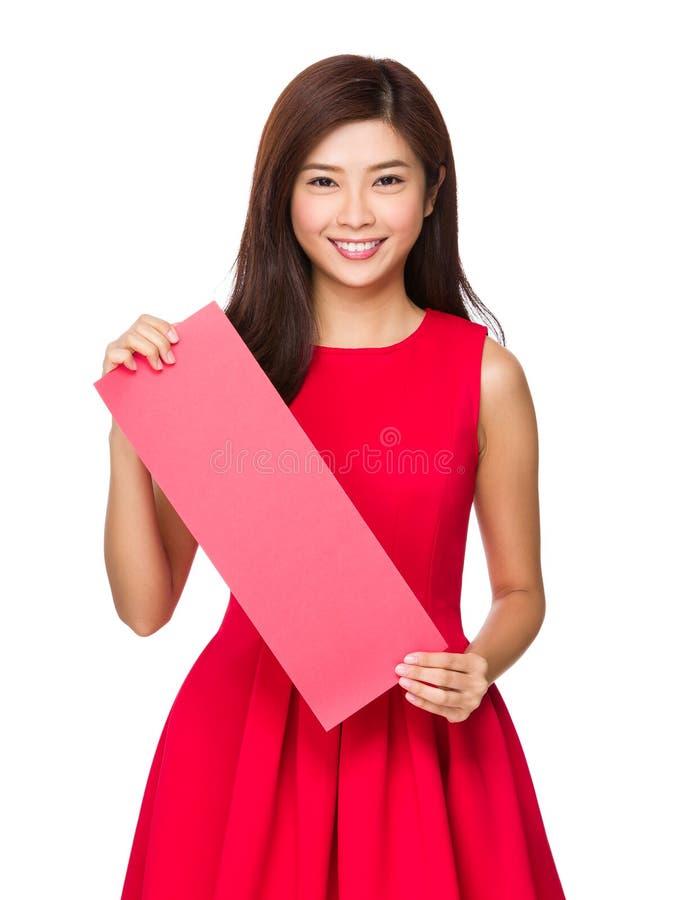 Chinese Vrouwengreep met leeg rood document royalty-vrije stock foto's