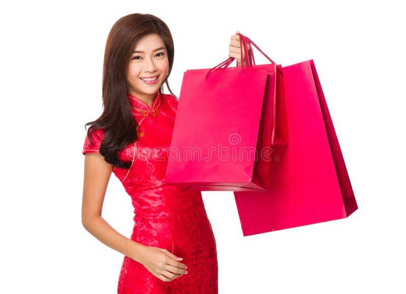 Chinese Vrouwengreep met rode het winkelen zak royalty-vrije stock foto's