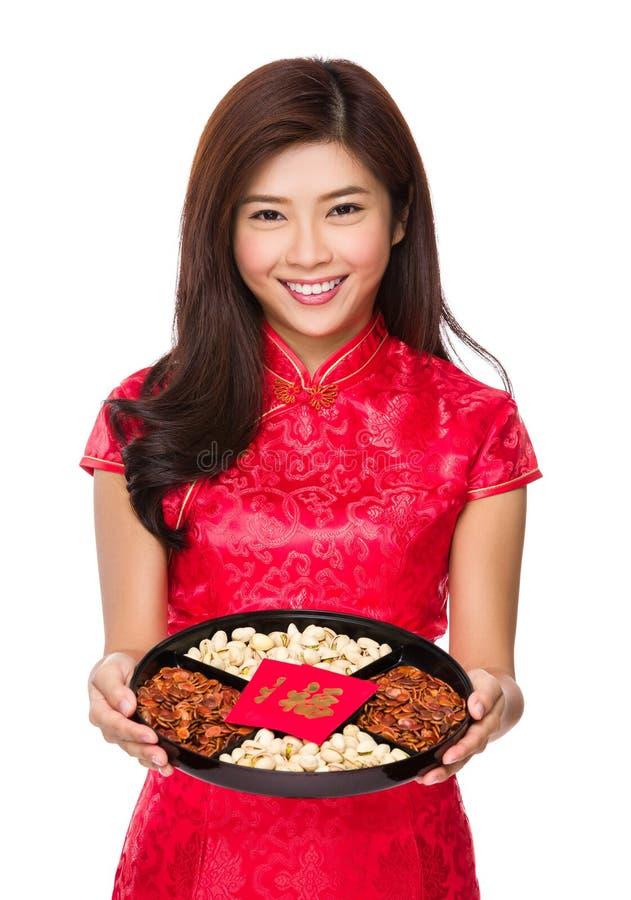 Chinese vrouwengreep met snackdienblad voor maan nieuw jaar stock foto's