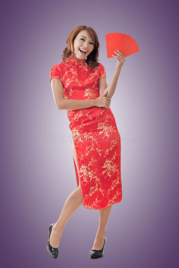 Chinese vrouwenkleding cheongsam en greep rode envelop royalty-vrije stock fotografie