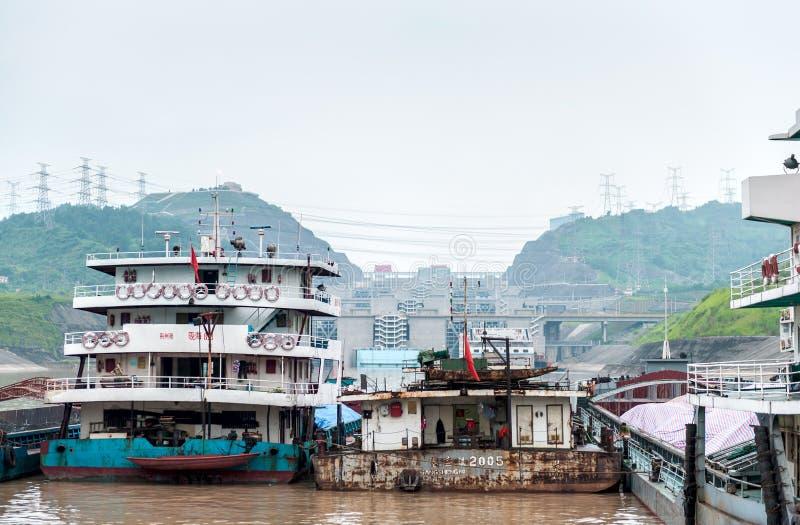 Chineselieferungen, die nahe dem Three Gorge Dam stehen lizenzfreies stockfoto