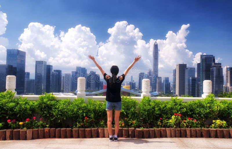 Chinesin, die in Shenzhen-Porzellan feiert stockbild