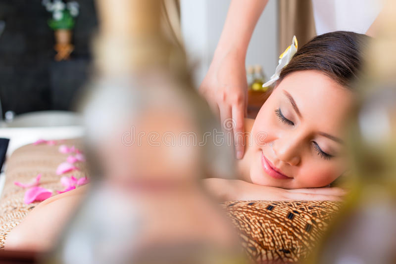 Chinesin, die Wellnessmassage hat lizenzfreie stockfotos
