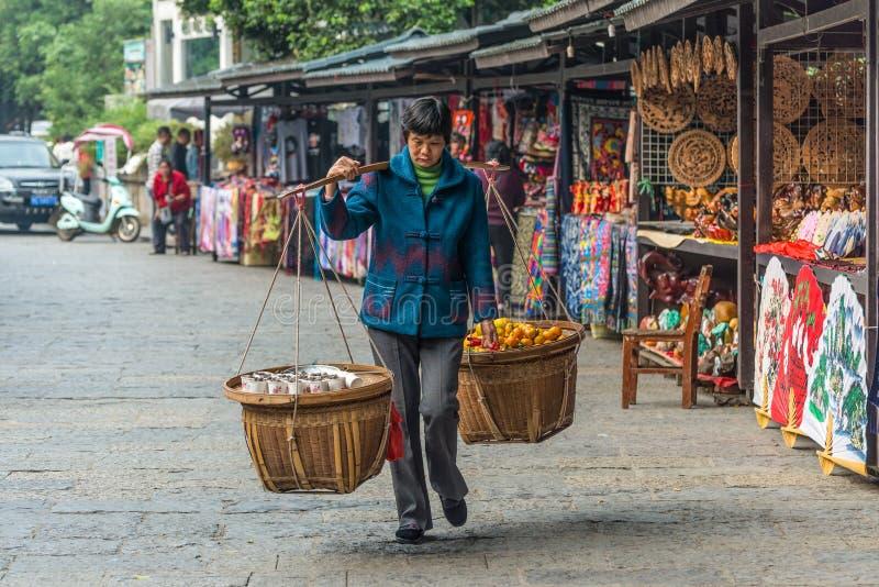 Chinesin trägt Körbe lizenzfreie stockfotos