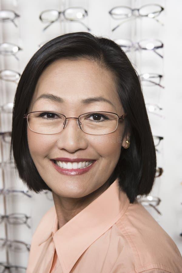Chinesin-tragende Gläser lizenzfreies stockbild