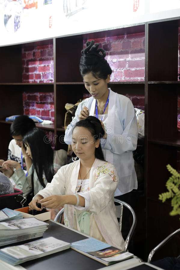 Chinesin tun Haar wie die Menschen des Altertums stockbilder