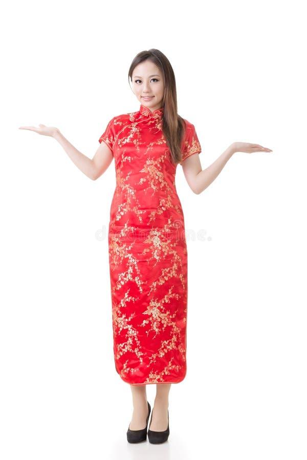 Chinesinkleidtraditionelles cheongsam und führen ein stockbilder