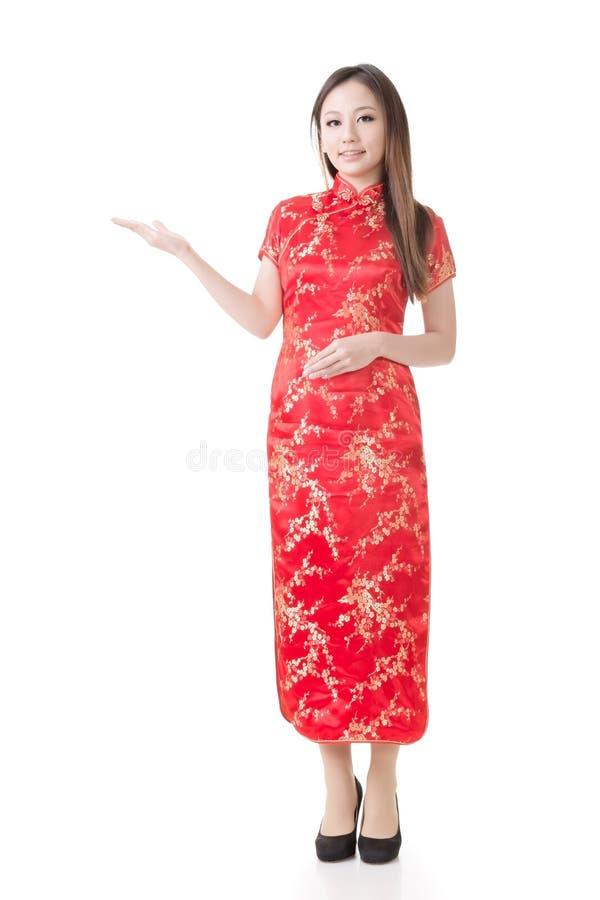 Chinesinkleidtraditionelles cheongsam und intr lizenzfreie stockbilder