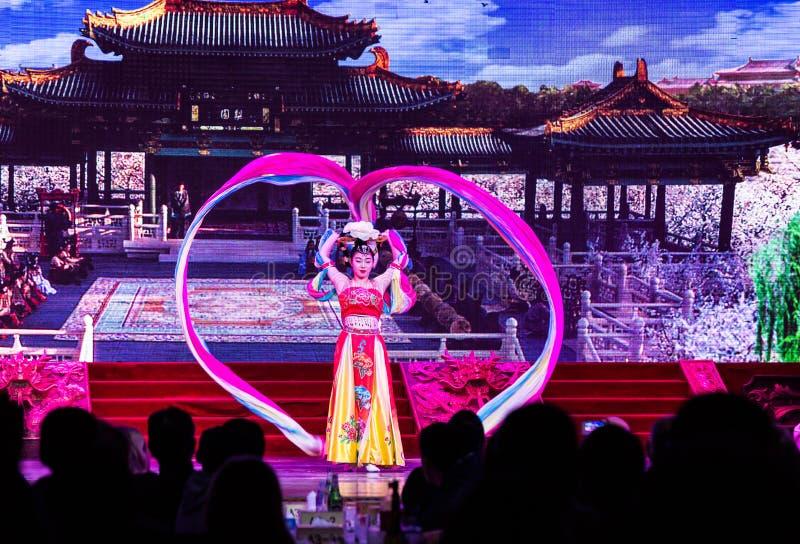 Chinesintänzer, der ihren schönen Tanz in Tang Dyn zeigt lizenzfreies stockfoto