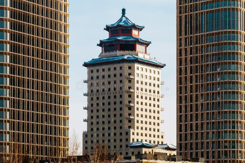 Chinesisch-ähnlicher errichtender Peking-Turm zwischen zwei Talan-Türmen an einem sonnigen Tag in Astana, Kasachstan stockbilder