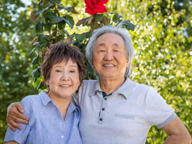 Chinesische ältere erwachsene Paare draußen stockbild