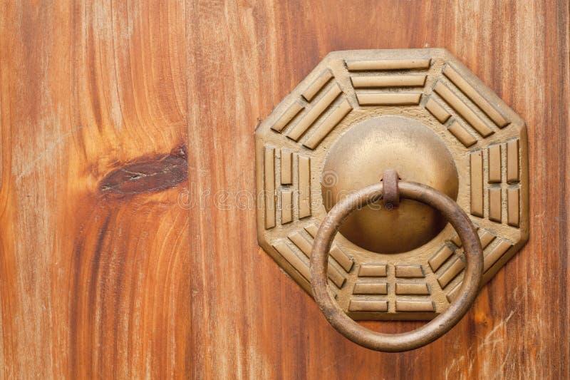 Chinesische alte Bronzeverriegelung in der hölzernen Tür. stockfoto