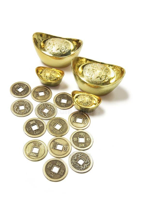 Chinesische alte Münzen und Goldbarren lizenzfreie stockbilder
