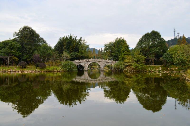 Chinesische alte Steinbrücke lizenzfreies stockfoto