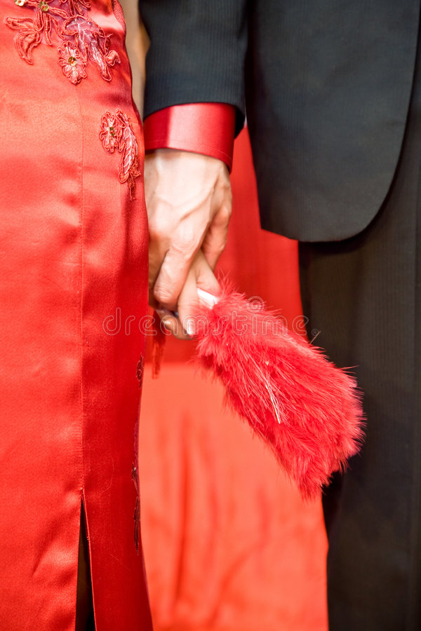 Chinesische Braut- und Bräutigamholdinghände lizenzfreies stockfoto