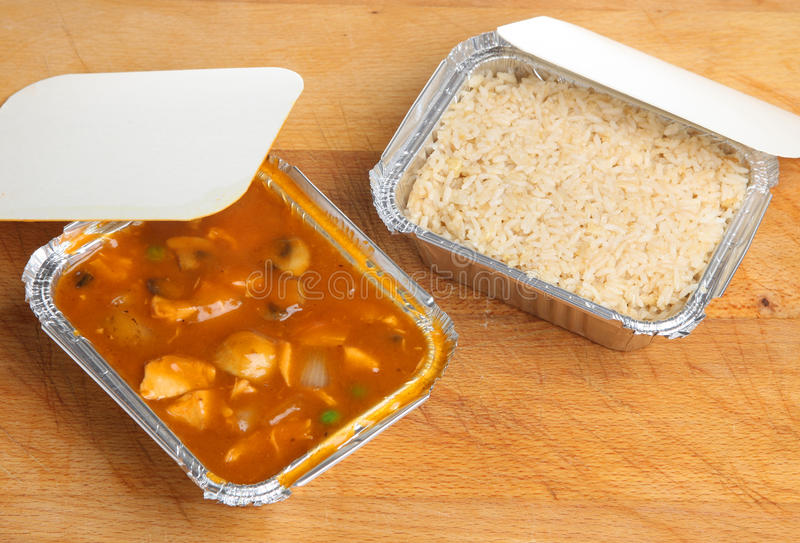 Chinesische Curry-u. Reis-Mitnehmermahlzeit lizenzfreies stockfoto