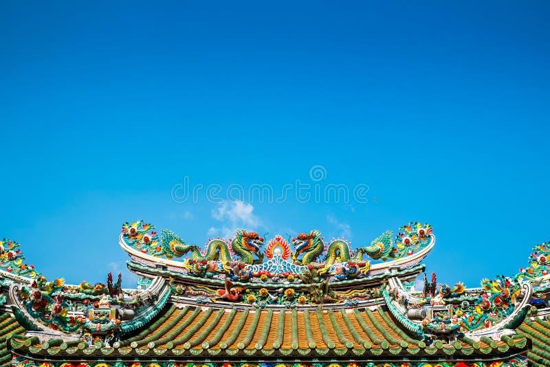 Chinesische Doppeldrachen auf dem chinesischen Tempeldach stockfotos