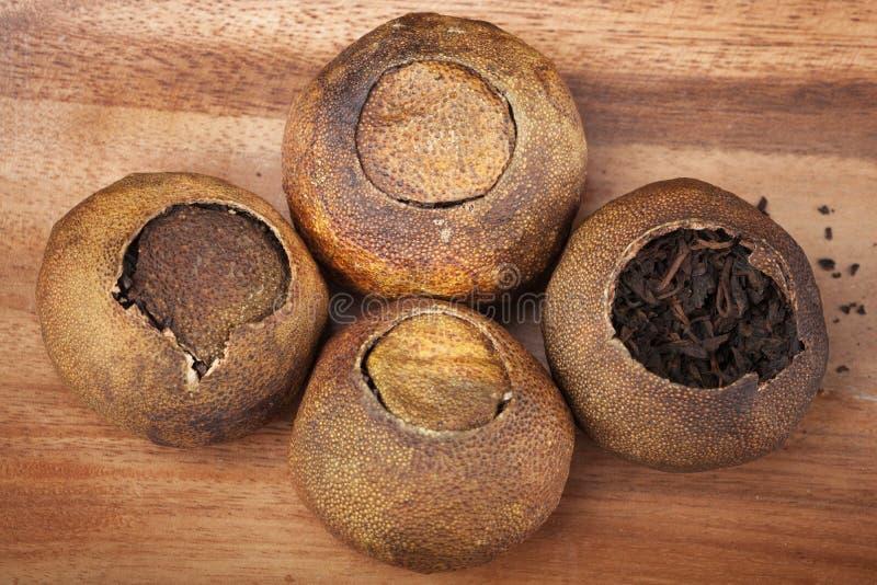 Chinesische dunkle Tee PU-erh verpackte in Mandarin auf Holztisch lizenzfreies stockfoto