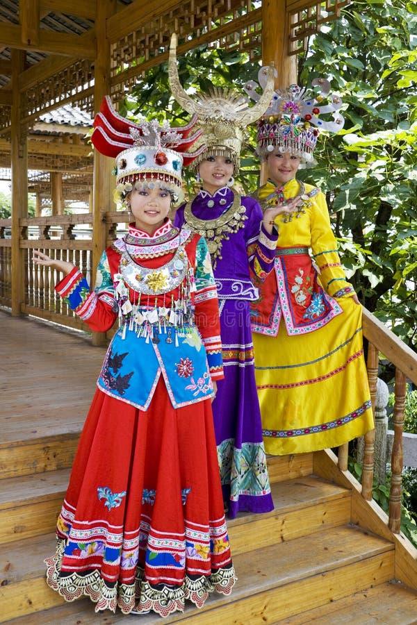 Chinesische ethnische Mädchen im traditionellen Kleid stockbilder