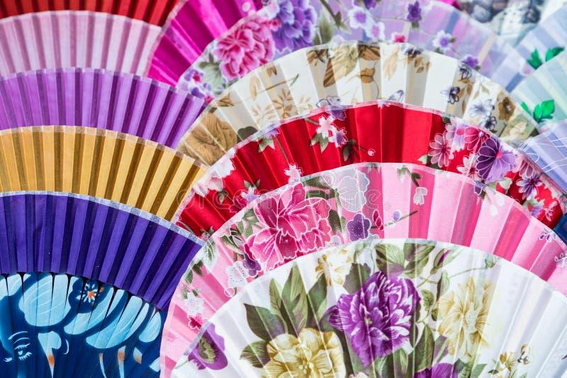 Chinesische Fans des traditionellen Handwerks am Markt in Yangshuo, China lizenzfreie stockfotos