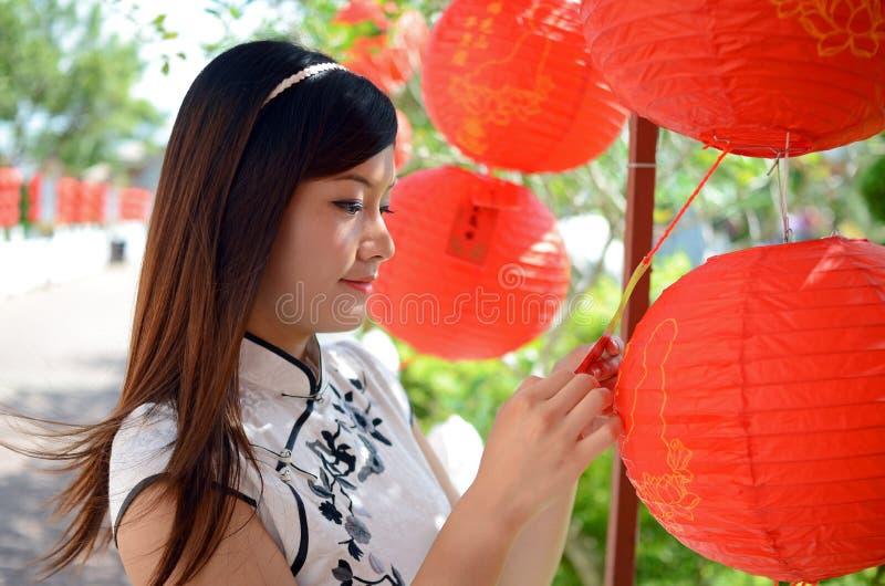 Chinesische Frau, die rote Papierlaterne anhält lizenzfreies stockfoto