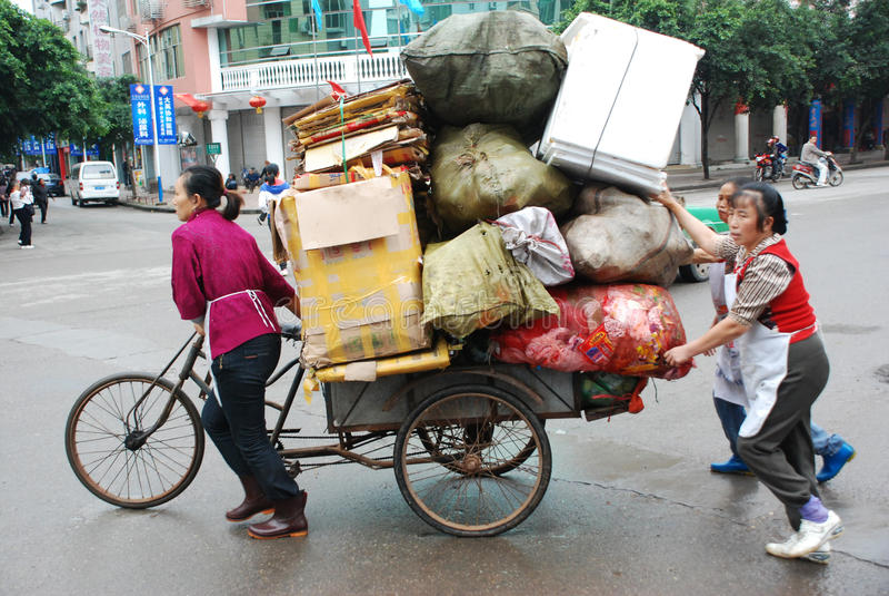 Chinesische Frauen tragen Waren stockfoto