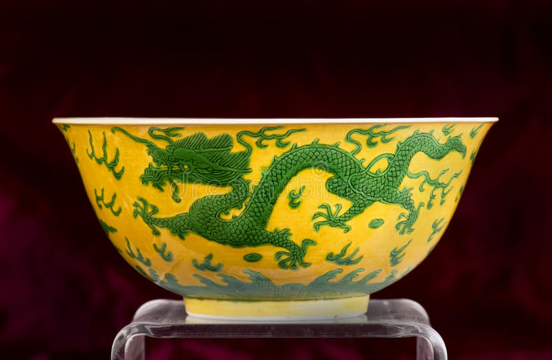 Chinesische grüne und gelbe Dracheschüssel lizenzfreies stockbild