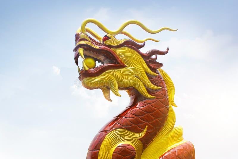 Chinesische hölzerne schnitzen die Drache-, Rote und Goldenefarben stockfotografie