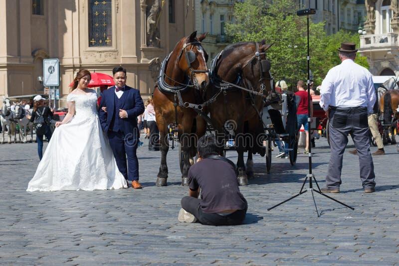 Chinesische Heiratsfotoaufnahme auf dem Staromestskaya-Quadrat Prag, Tschechische Republik lizenzfreies stockbild