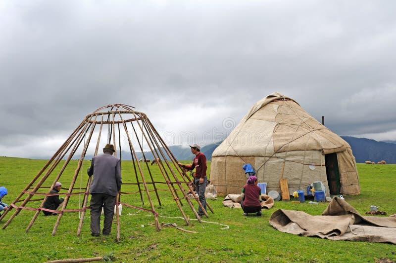 Chinesische kasachische Leute Bau yurts stockfotografie