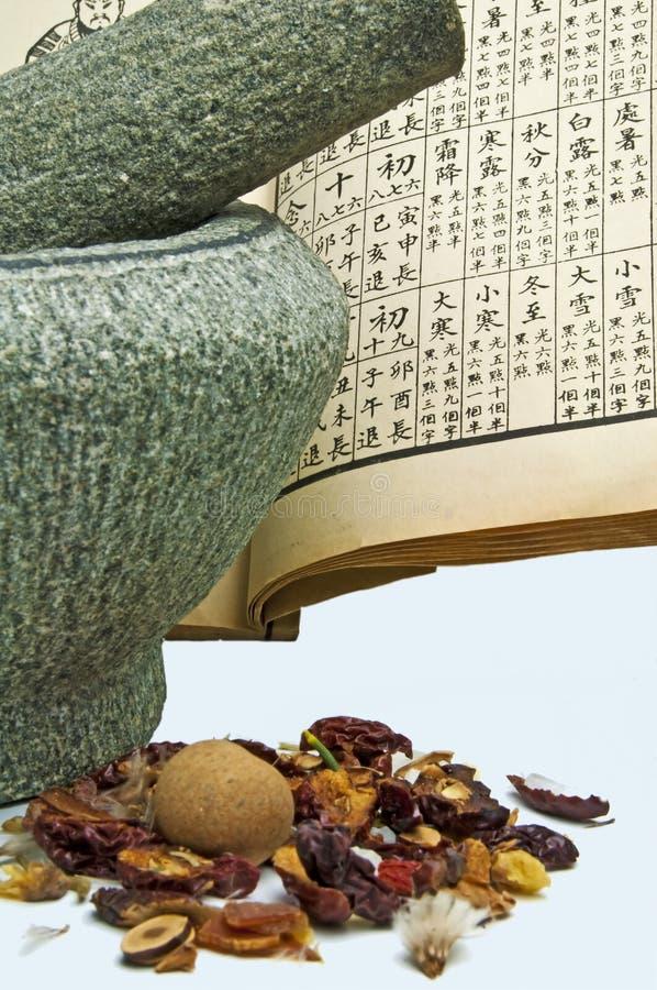 Chinesische Kräutermedizin mit Mörtel stockfotografie