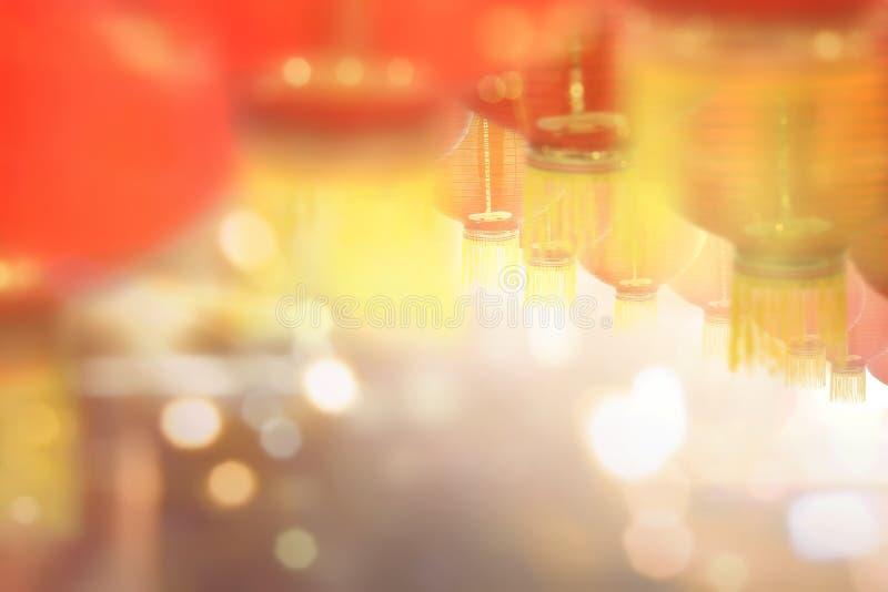 Chinesische Laternen des neuen Jahres mit unscharfen Lichtern lizenzfreie stockfotos