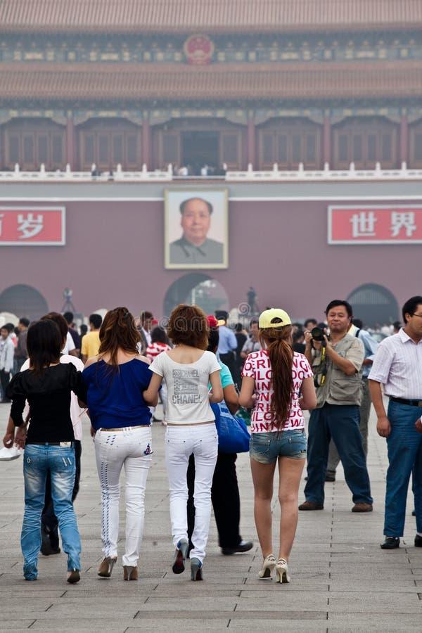 Chinesische Mädchen und Vorsitzendermao-Portrait lizenzfreies stockbild
