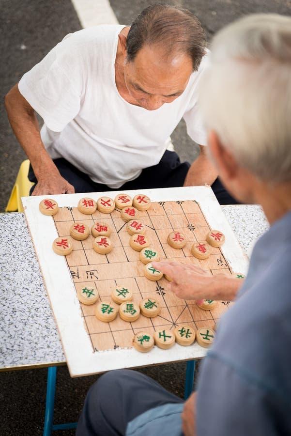 Chinesische Männer, die das Schach im Freien spielen stockbilder