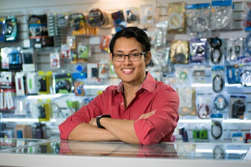 Chinesische Mann-Funktion als Sekretärs-Sale Assistant In-Computer-Shop stockfotografie