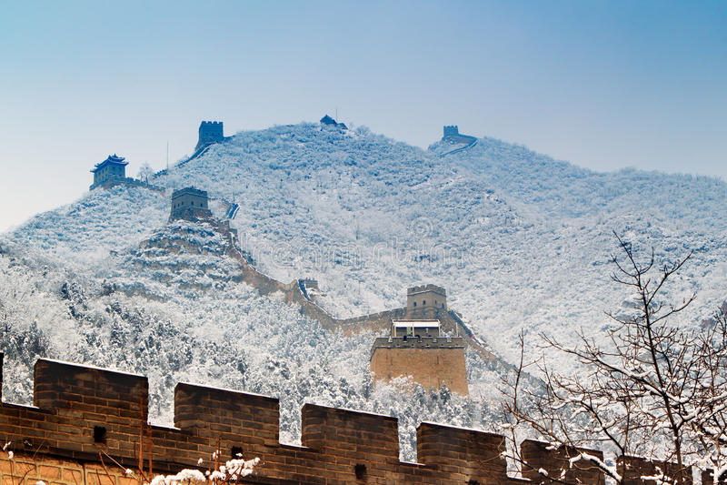 Chinesische Mauer im Schnee stockbilder