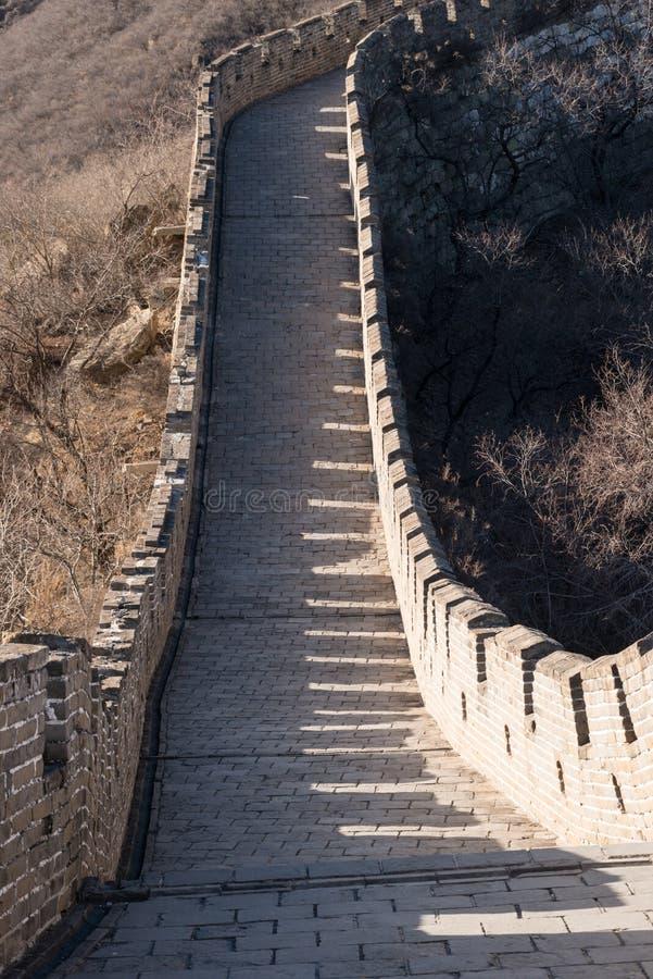 Chinesische Mauer - Tageswinterbraun, schauend hinunter die gerade Abschnittwand lizenzfreie stockfotografie