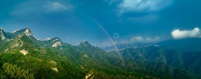 Chinesische Mauer und Regenbogen stockfotos